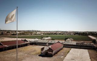 Adriana Corral, Unearthed: Desenterrado (2018). Site-specific installation at Rio Vista Farm, Socorro, Texas. Flagpole: 60 feet; Flag: cotton, 18 x 30 feet. © 2018 Adriana Corral. Photo: Courtesy of Adriana Corral and Black Cube.